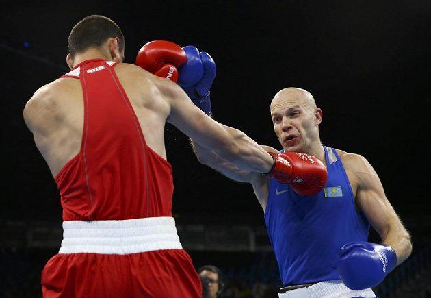 Ruský boxer Jevgenij Tiščenko (vlevo) ve finálovém duelu s Vasilijem Levitem z Kazachstánu.