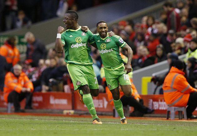 Jermain Defoe a Lamine Koné oslavují branku do sítě Liverpoolu.