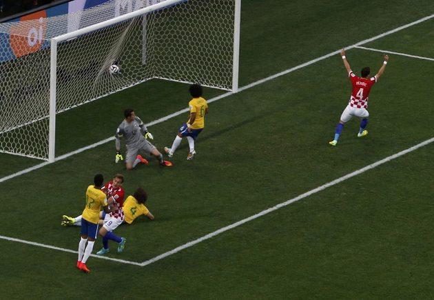 Brazilský obránce Marcelo (druhý zprava) si vstřelil vlastní gól v utkání s Chorvatskem.