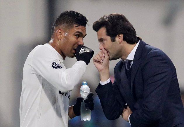 Prozatimnní kouč Realu Santiago Solari dává instrukce Casemirovi.
