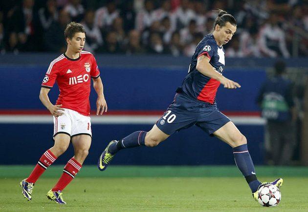 Útočník Paris Saint-Germain Zlatan Ibrahimovic střílí gól do sítě Benfiky