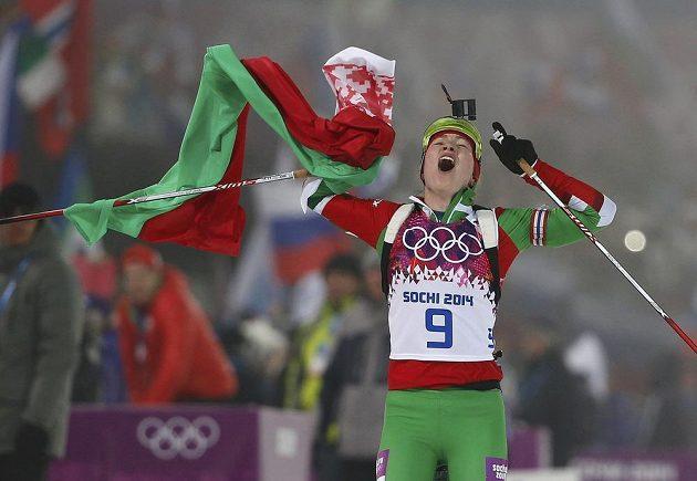 Běloruská biatlonistka Darja Domračevová se raduje ze zlaté medaile ze stíhacího závodu na olympiádě v Soči.