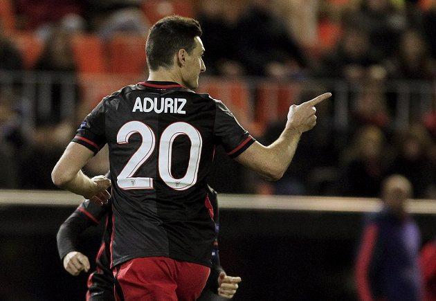 Aritz Aduriz z Bilbaa se na hřišti Valencie zasloužil o postupový gól.