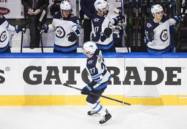 Autor vítězné trefy Nikolaj Ehlers oslavuje se spoluhráči z Winnipegu.
