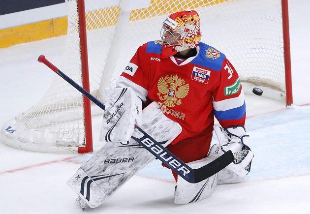 Překonaný ruský brankář Alexander Samonov v utkání s hokejisty Česka.