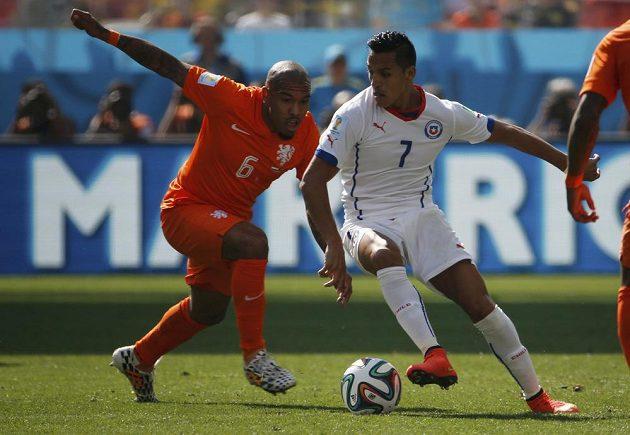 Nizozemec Nigel de Jong (vlevo) se snaží sebrat míč Alexisovi Sanchézovi z Chile.