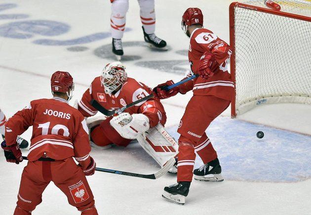 Brankář Lausanne Tobias Stephan právě inkasoval gól od hokejistů Třinec v utkání Ligy mistrů.