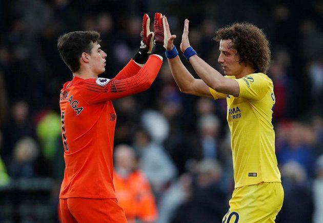 Brankář fotbalové Chelsea Kepa Arrizabalaga slaví s obráncem Davidem Luizem výhru na půdě Crystal Palace v utkání Premier League.