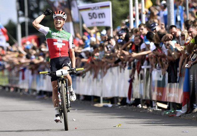 Švýcarský biker Nino Schurter se raduje ze zisku zlaté medaile na MS v Novém Městě na Moravě.