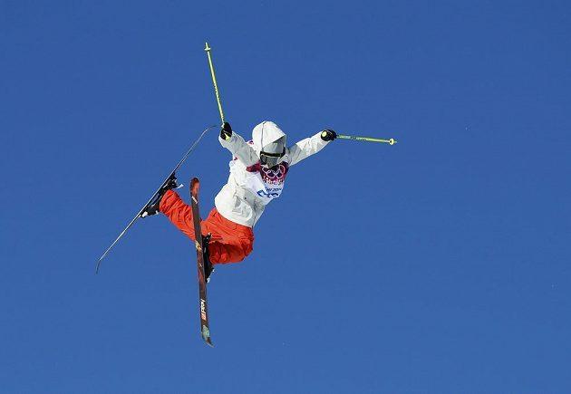 Švýcarský závodník Luca Schuler ve slopestylu.