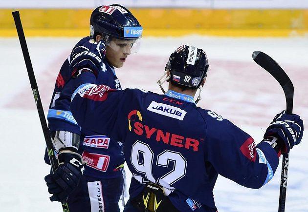 Autor prvního gólu Liberce Radim Śimek (vlevo) přijímá gratulaci od spoluhráče Branka Radivojeviče.