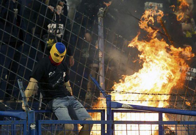 Maskovaný příznivec pražské Sparty během utkání s Ostravou.