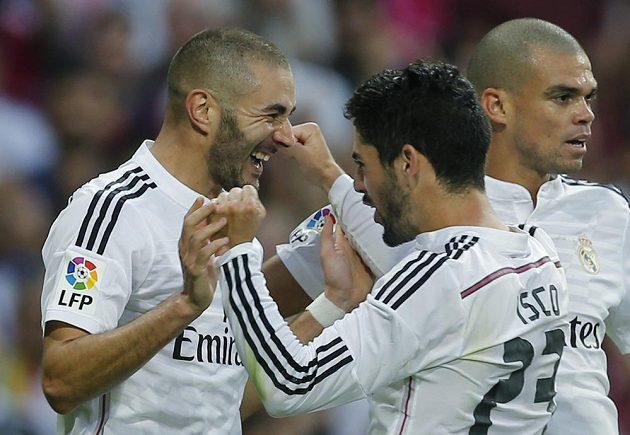 Útočník Realu Madrid Karim Benzema přijímá gratulaci ke vstřelení gólu proti Barceloně. Uprostřed záložník Isco, vpravo obránce Pepe.