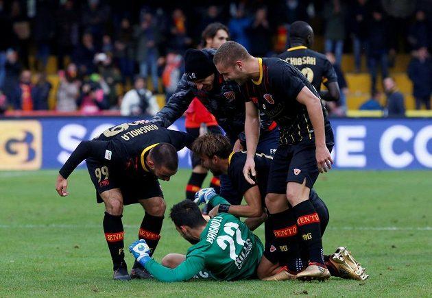 Brankář Beneventa Alberto Brignoli se při utkání s AC MIlán raduje z gólu.