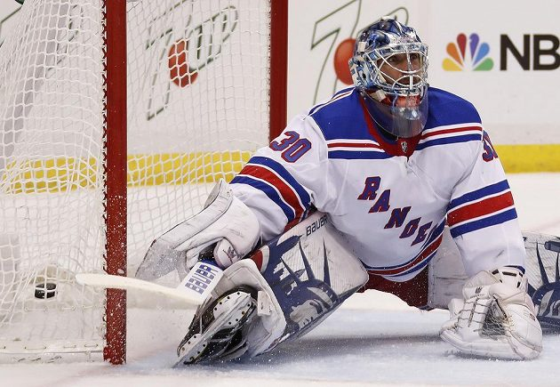 Brankář New York Rangers Henrik Lundqvist poté, co ho překonal Dominik Simon.