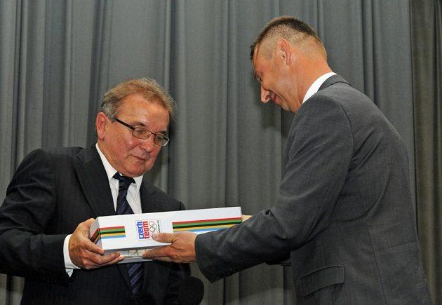 Dušan Uhrin st. (vlevo) přebírá ocenění z rukou svého svěřence Petra Kouby.