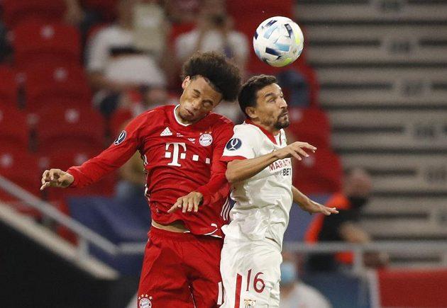 V hlavičkovém souboji Leroy Sané z Bayernu (vlevo) a Jesús Navas ze Sevilly.