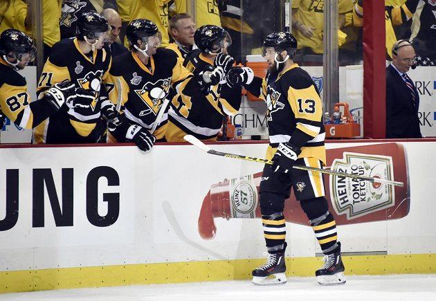 Centr Pittsburghu Penguins Nick Bonino (13) přijímá gratulace od svých spoluhráčů k vítěznému gólu proti San Jose.