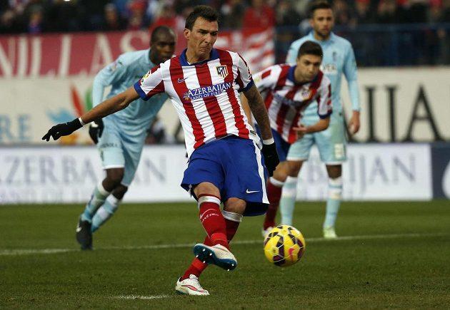 Forvard Atlétika Madrid Mario Mandžukič proměňuje pokutový kop v duelu proti Granadě.