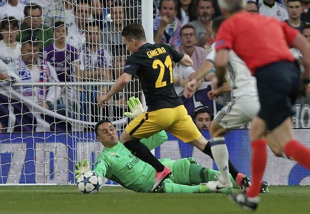 Brankář Realu Madrid Keylor Navas zasahuje před Kevinem Gameirem z Atlétika Madrid během prvního semifinále Ligy mistrů.