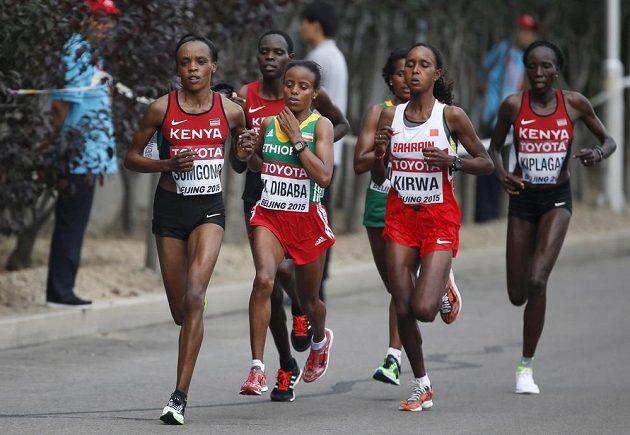Skupina vytrvalkyň, v popředí s budoucí vítězkou Marou Dibabaovou z Etiopie, na trati ženského maratónu na mistrovství světa v atletice v Pekingu.
