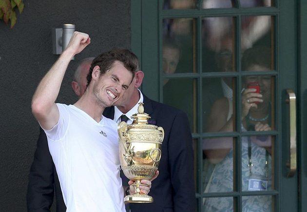 Vítězné gesto Andyho Murrayho, trofej pro šampióna Wimbledonu drží pevně v ruce.