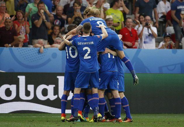 Fotbalisté Islandu se radují z gólu proti Anglii.