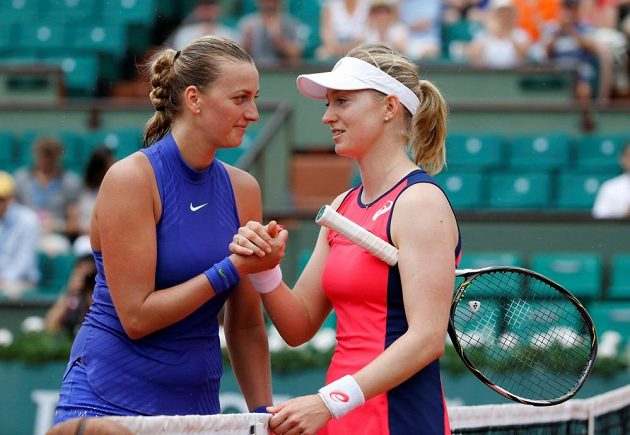 Julia Boserupová gratuluje Petře Kvitové k postupu do druhého kola french Open.