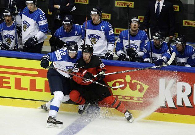 Saku Mäenalanen (vlevo) v souboji s Kanaďanem Joshem Baileym u finské střídačky.