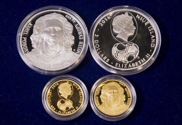 Zlatá a stříbrná pamětní mince s portrétem Karla Poborského.