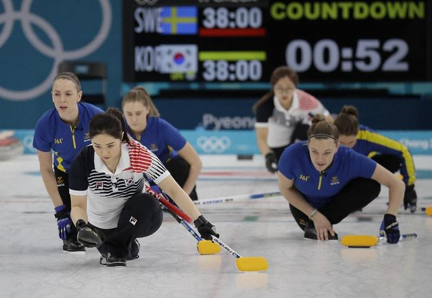 O zlatou olympijskou medaili v curlingu hrají Korea a Švédsko.
