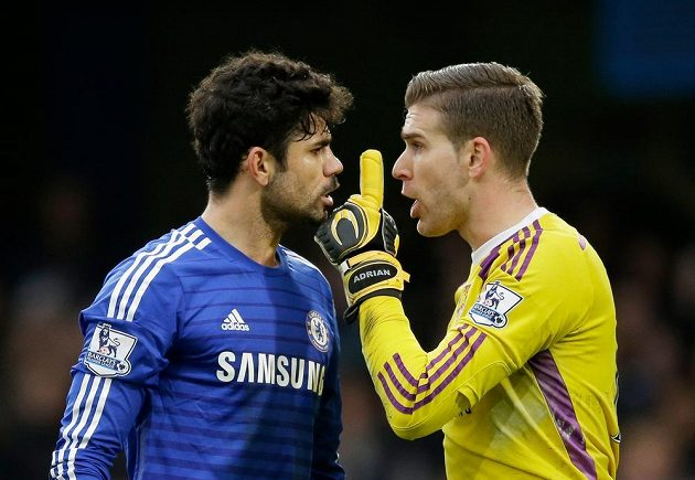Diego Costa (vlevo) z Chelsea s gólmanem West Hamu Adrianem.