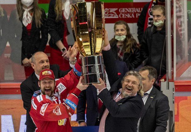 Zleva kapitánTřince Petr Vrána aprezident klubu Ján Moder s Masarykovým pohárem pro vítěze extraligy.