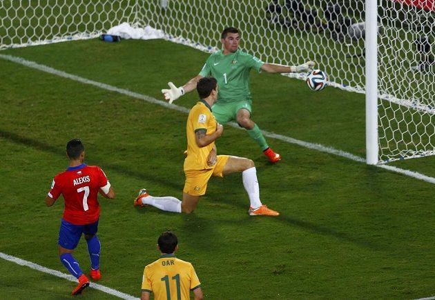 Chilský útočník Alexis Sánchez (vlevo) překonává australského brankáře Ryana.