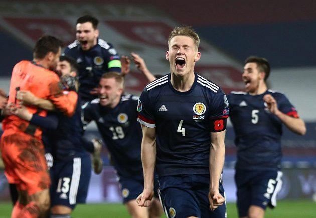 Skotský fotbalista Scott McTominay slaví se spoluhráči v Bělehradu postup na EURO.