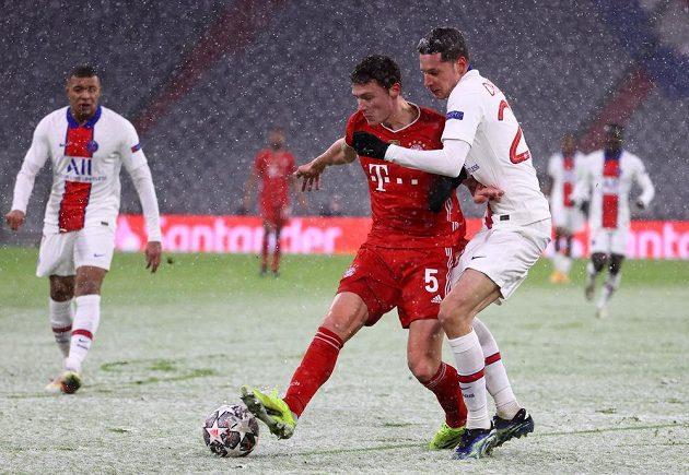 Benjamin Pavard z Bayernu a Julian Draxler z PSG.