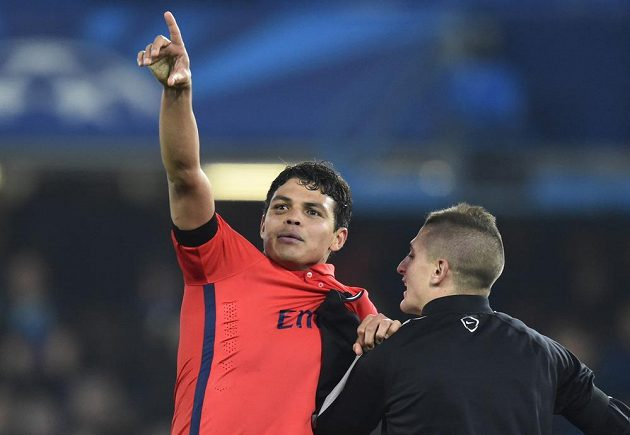 Kapitán PSG Thiago Silva a jeho spoluhráč Marco Verratti (zády) slaví postup do čtvrtfinále Ligy mistrů.