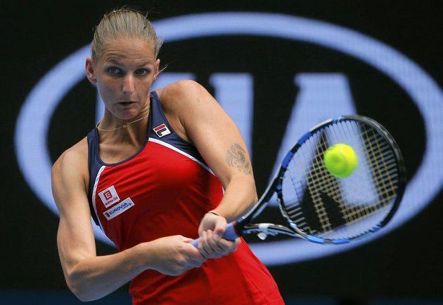 Karolína Plíšková vrací míček v zápase 1. kola Australian Open.