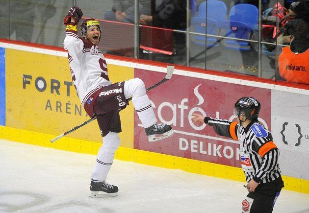 Sparťanský hokejový útočník Petr Kumstát se raduje ze vstřelené branky proti Hradci Králové.
