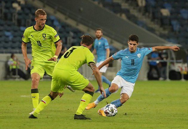 Izraelský fotbalista Manor Solomon zkouší obejít Ondřeje Čelůstku, vlevo přihlíží Tomáš Souček.