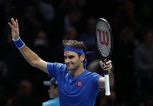 Roger Federer slaví vítězství nad Dominicem Thiemem