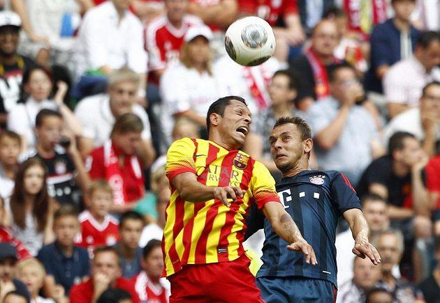 Hlavičkový souboj - bek Bayernu Rafinha (vpravo) a zadák Barcelony Adriano.
