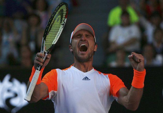 Mischa Zverev se raduje z vítězství nad Andym Murraym.