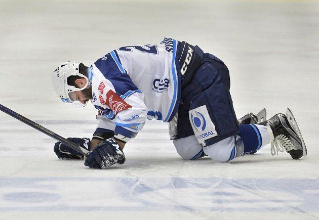 Otřesený Tomáš Svoboda z Plzně v utkání předkola play off hokejové extraligy s Vítkovicemi.