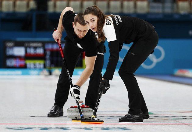 Ruští manželé Anastasia Bryzgalovová a Alexandr Krušelnickij v utkání o olympijský bronz proti Norsku.
