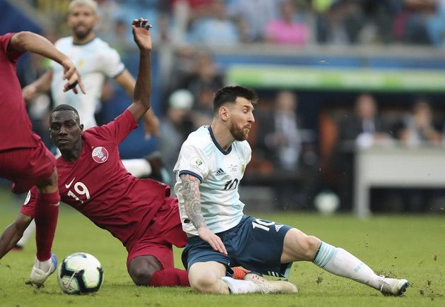 Argentinec Lionel Messi (vpravo) během utkání jihoamerického mistrovství proti Kataru.