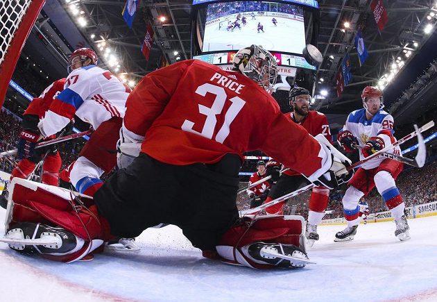 Ruský forvard Jevgenij Kuzněcov (92) střílí gól do sítě kanadského brankáře Careyho Price (31).