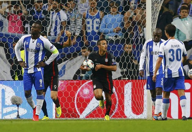 Fotbalista Bayernu Mnichov Thiago Alcantara (uprostřed) drží míč krátce poté, co snížil v zápase s Portem.