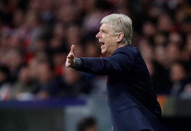 Arséne Wenger z Arsenalu při odvetě semifinále EL s Atlétikem.