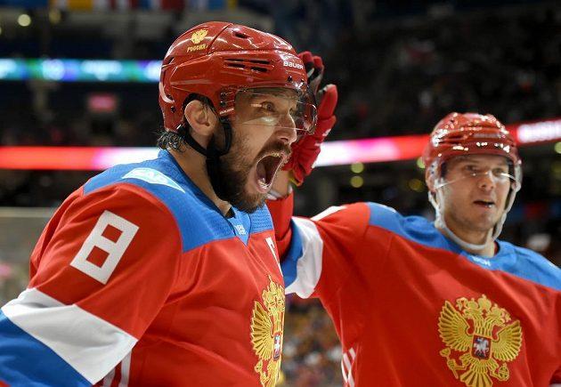 Rusové Alexandr Ovečkin (8) a Jevgenij Kuzněcov (92) se radují z gólu Vladimira Tarasenka (není na snímku) proti Finsku.